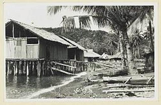 Rumah2 panggung diatas air laut.