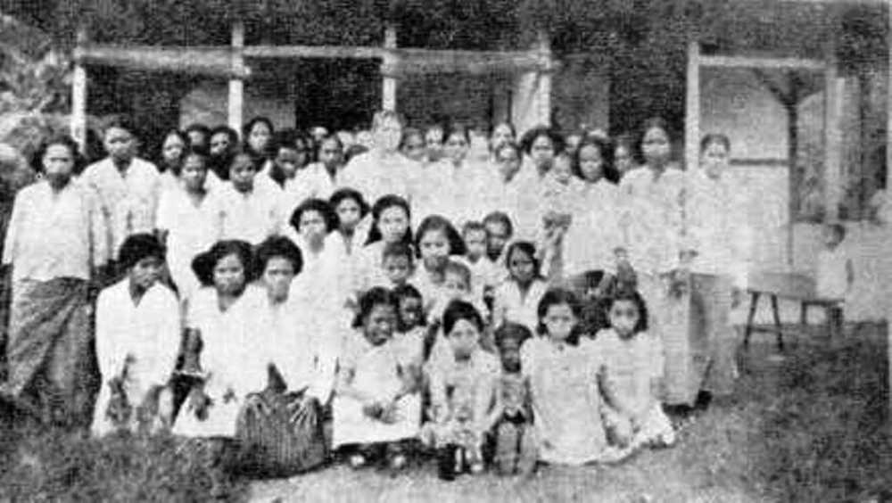 Ibu saya disamping Ibu Silas Papare bersama kaum Ibu di Serui (1947)