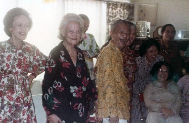 """Tenny, Tante Vera en Willy gezellig aan het """"babacirita"""""""